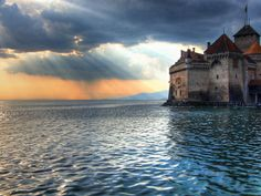 Kasteel van Chillon. Dit middeleeuwse kasteel heerst over het Meer van Genève vanaf zijn rots eiland en biedt een prachtig uitzicht van zowel binnen- als buitenaf.