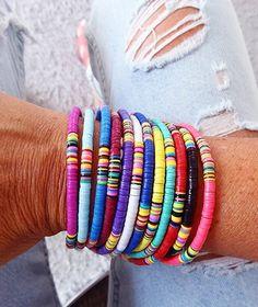 Perles Heishi, le must de cet été - Arrow Workshop Diy Bracelets Easy, Cute Bracelets, Seed Bead Bracelets, Jewelry Bracelets, Jewelry Gifts, Jewelry Accessories, Handmade Jewelry, Surf Necklace, Bohemian Bracelets