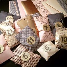 Noël approche ! Voici un calendrier de lavent à faire soi même. Le kit comprend : - 24 sachets en papier motifs variés. Couleur or, rose, beige… - 24 pastilles rondes or à coller - ficelle bicolore - fiche explicative Les pochettes en papier font 9,5 x 19 cm. Vendu sans létoile et sans