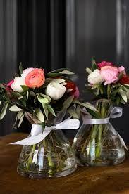 Ronde glazen vazen met landelijke bloemen.