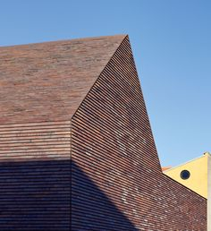 The irregular structure and wealth of colors of the bricks by Petersen Tegl are created by charcoal firing. Photo © Anders Sune Berg l Bricks from top to bottom | Architecture at Stylepark