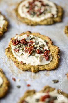 Pizzette senza glutine di broccoli con hummus pomodori secchi e semi di zucca