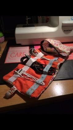 Pochette pour emporter ses câbles et ses chargeurs avec soi en vacances ! - Couture for EveryboDIY Pouch to bring chargers on trip easily Dress Making, Diy Gifts, Cable, Sewing Crafts, Sewing Projects, Plaid Scarf, Gift Bags, Quilts, Textiles