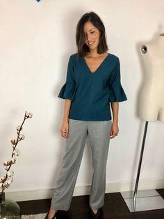 501d1dcdbb1f Shop the Look - ATODE Made in France Blouse verte avec volant en laine. Top  droit au tombé chic Pantalon grise large taille haute en laine flanelle.