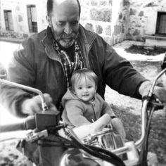 Grandpa loves his granddaugther so much that he looks foward to sharing hobbies with her! Marta Iranzo Dunque