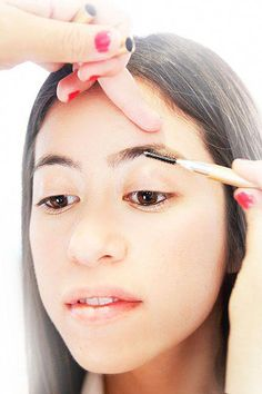 Have no clue how to shape your eyebrows? Sania Vucetaj, whose clients like Rihanna and several Saudi princesses, breaks down the steps to using a tweezer and pencil to create a great look. Baking Soda For Dandruff, Baking Soda Shampoo, Baking Soda Uses, Dry Shampoo, Clarifying Shampoo, Honey Shampoo, Shampoo Carpet, Hair Shampoo, Skin Tag Removal