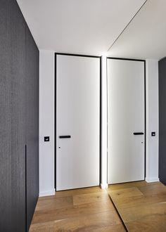Modern white interior door with a black door frame and handle, custom-made by ANYWAYdoors. White Interior Doors, Flat Interior, White Doors, Black Doors, Interior Design, Pivot Doors, Internal Doors, Modern Entrance Door, Aluminium Doors