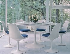 Saarinen Dining Table // calming blue dining room