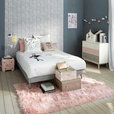 mur couleur gris anthracite, lit gris, linge de lit blanc, coussin, table de not rose, tapis rose, parquet clair, commode repinte en gris, blanc et rose, decoration chambre fille