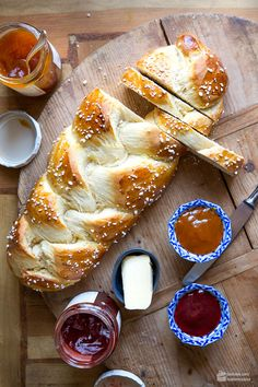 Hefezopf (oder Osterkranz) - Madame Cuisine Yeast braid (or Easter wreath) - Madame Cuisine Dessert Recipes For Kids, Desserts For A Crowd, Fancy Desserts, Summer Desserts, Summer Recipes, Summer Drinks, Summer Salads, Dessert Simple, Authentic Mexican Recipes