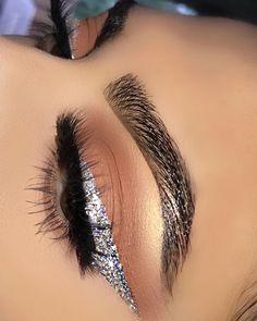 Silver Eyeshadow Looks, Silver Glitter Eye Makeup, Silver Eyeliner, Glitter Makeup Looks, Cute Makeup Looks, Pretty Makeup, Glitter Liner, Edgy Makeup, Beauty Makeup