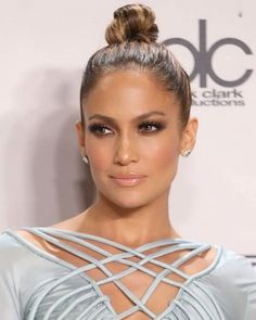 Jennifer Lopez - I dont know a prettier woman Jennifer Lopez Sans Maquillage, Maquillaje Jennifer Lopez, Jennifer Lopez Makeup, Jennifer Lopez Outfits, Jlo Makeup, Makeup 101, Makeup Looks, Hair Makeup, My Hairstyle