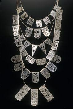 """Collar de papel picado en plata diseñado por Lynda Watson. - Sterling silver necklace """"Papel picado"""" style designed by Lynda Watson."""
