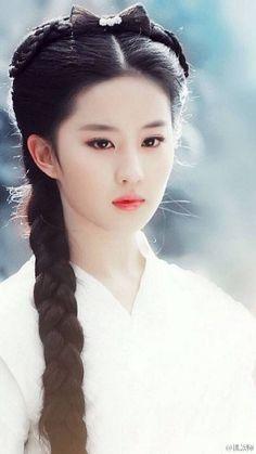 Ideas for a senior photo. Beautiful Asian Women, Beautiful People, China Girl, Traditional Fashion, Chinese Actress, Geisha, Asian Woman, Asian Beauty, Long Hair Styles