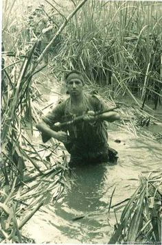 Portuguese commando in an African swamp, Colonial, Military Photos, Military History, Learn Brazilian Portuguese, My War, War Photography, Vietnam War, Cold War, Armed Forces