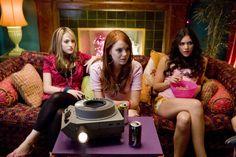 Kat Dennings, Emma Stone & Katharine McPhee in The House Bunny House Bunny Movie, The House Bunny, Girl Desk, Boys Desk, Emma Movie, College Roommate, Roommates, Sorority Rush, Sorority Girls