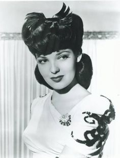 Linda Darnell wearing a dress clip Old Hollywood Glamour, Golden Age Of Hollywood, Vintage Glamour, Vintage Hollywood, Hollywood Stars, Vintage Beauty, Classic Hollywood, Vintage Makeup, Vintage Ladies