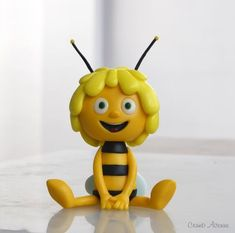 Maya the Bee - bee cake - Cake Topper Tutorial, Cake Toppers, Fondant Bee, Rapunzel Cake, Biscuit, Mermaid Birthday Cakes, Bee Cakes, Fondant Animals, Bee Party