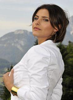 """In diesem weißen Kittel und vor dem Panorama des Wilden Kaisers in Tirol werden wir sie bald nicht mehr sehen: Sophia Thomalla steigt aus der ZDF-Erfolgsserie """"Der Bergdoktor"""" aus."""