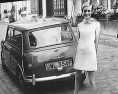 """Supermodel Twiggy - eigentlich Lesley Hornby - wurde am 19. September 1949 in Neasden, London Borough of Brent, geboren. Mit erst sechzehn Jahren bestieg Lesley die Stufe des Erfolgs und wurde """"das Gesicht"""" der 1960er Jahre in London. Man gab ihr den Spitznamen """"Twiggy""""! Der Grund war ihre spindeldürre Figur, denn """"twig"""" bedeutet im englischen """"wie ein dünner Zweig"""". Sie machte den Minirock populär."""