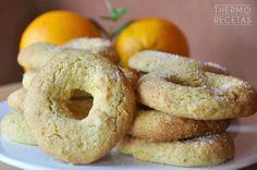 Roscos de naranja sin huevo, con harina integral y hechos al horno. Perfectos para mojar en leche, son ideales para el desayuno.