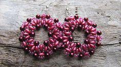 Tmavě růžové šité kruhy Šité kruhové náušnice podle návodu od Évy Kovács,z korálků superduo,rokajlu toho a tmavě vínových voskovek
