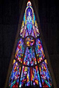"""moderne vitrail de """"Notre Dame"""" l'église de Royan, France"""