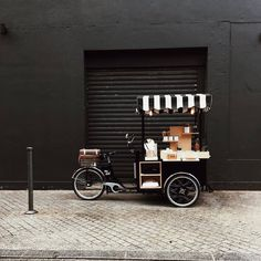 Noir Gaazol Tricycle Store on wheels Food Cart Design, Food Truck Design, Cafe Design, Coffee Shop, Coffee Carts, Boutique Deco, Boutique Interior, Cafe Interior, Tricycle