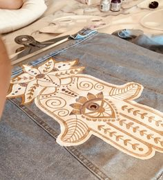 Painting Leather, Fabric Painting, Customised Denim Jacket, Hamsa Art, Painted Leather Jacket, Hand Painted Fabric, Denim Art, Painted Clothes, Fashion Painting