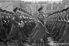 Cadets of the Moscow City Council Border Guard Higher Command School marching through Red Square in the 1971 Moscow October Revolution Day Parade. Soviet Army, Soviet Union, Union Army, Red Army, War Machine, Military History, Retro, Historical Photos, Warfare