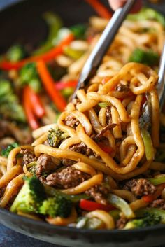 Ground Beef Recipes 39647 Ground Beef Noodle Stir Fry - Use up all those veggies in the easiest stir-fry of all! Quick, simple and completely customizable to what you have on hand! Stir Fry Recipes, Meat Recipes, Asian Recipes, Dinner Recipes, Cooking Recipes, Healthy Recipes, Asian Foods, Chinese Recipes, Gourmet