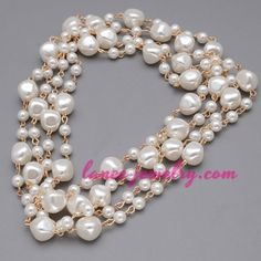 Elegant nacklace with many white ABS beads