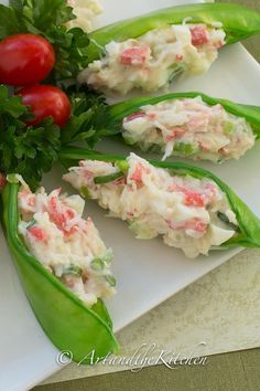 Stuffed Snow Peas Crisp and light, these Crab Stuffed Snow Peas will be a hit appetizer at your next party!Crisp and light, these Crab Stuffed Snow Peas will be a hit appetizer at your next party! Light Appetizers, Elegant Appetizers, Cold Appetizers, Finger Food Appetizers, Appetizers For Party, Appetizer Recipes, Appetizer Ideas, Christmas Appetizers, Antipasto