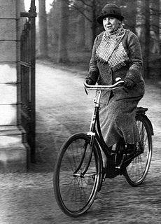 Koningin Wilhelmina fietsend in de tuinen van Paleis Soestdijk, 1938.  English:  Queen Wilhelmina cycling in the gardens of Soestdijk Palace, 1938.