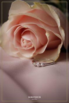 Wer seiner Liebsten dieses Jahr zum Valentinstag ein besonderes Geschenk machen will, wird von diesem funkelnden Eyecatcher nicht enttäuscht sein! Romantisch glitzert dieser Ring, welcher mit Brillanten besetzt ist. Ein besonderer Ring für eine besondere Frau!