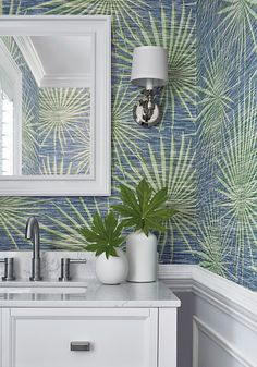 Powder rooms are the ideal spot for pattern and color. And no worries about water contact from showers and baths. Thibaut's Palm Frond wallpaper from its Tropics collection adds a perfect coastal vibe to a home. Decor, Tropical Bathroom, Green Bathroom, Palm Wallpaper, Thibaut Wallpaper, Coastal Powder Room, Modern Wallpaper, Powder Room Wallpaper, Coastal Wallpaper