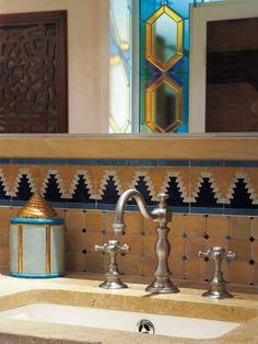 Salle de bains d'inspiration orientale Mélangeur de lavabo collection Anthéa / finition nickel mat.