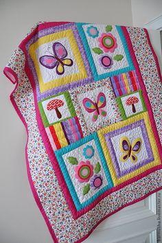Купить или заказать Лоскутное детское одеяло 'Бабочки-цветочки' в интернет-магазине на Ярмарке Мастеров. Авторская работа. Выполнено на заказ. Веселое, яркое покрывало выполнено в лоскутной технике, с элементами аппликации. За основу взята ткань в мелкий рисунок, по мотивам которой созданы в технике аппликации все отдельные элементы : бабочки, цветочки с листиками, грибочки, подобранные по цвету и украшенные машинной вышивкой. В работе использованы хлопковые ткани американских произво...