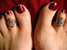 Similar to that of the jewelry used in fingers of hands, Rings are also used in Toe of you known as toe rings. Toe rings are not a well-known style in some Toe Ring Designs, Ring Tattoos, Outfit Trends, Women's Feet, Bare Foot Sandals, Ankle Bracelets, Anklets, Indian Jewelry, Fashion Rings