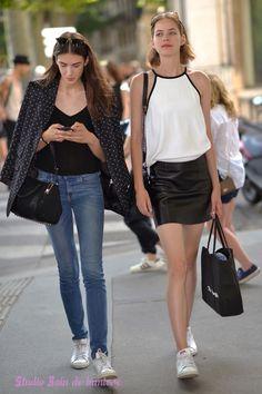 ana buljevic et un autre mannequin à la sortie dun défilé de la fashion week . Shooting photo Bain de Lumière#offduty #streetstyle #PFW#fashionweek