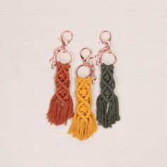 Diy Macrame Earrings, Macrame Art, Macrame Design, Macrame Projects, Macrame Knots, Crochet Craft Fair, Crochet Crafts, Yarn Crafts, Crochet Projects To Sell