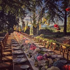 Love the #hanging #flowers  huge table in #Tuscany castle  #floraldecor and photo by @violamalva