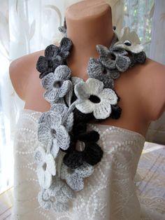 Hand Crochet Grey Black White Flower Lariat Scarf  Lariat all'uncinetto con fiori grigi neri bianchi