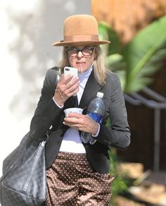 Hold like 12 things in her hand. 18 Things Diane Keaton Does Better Than Your Basic Ass Tomboy Fashion, Fashion Wear, Fashion Outfits, Womens Fashion, Fashion Trends, Fashion Inspiration, Cute Tomboy Style, Dianne Keaton, Textiles
