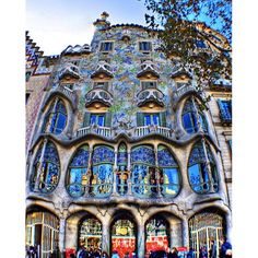 #mulpix 🇧🇷 The Batllo house is one of the most impressive and admired creations of Gaudi. In 1902 Gaudi was invited by the Batlló family to refurbish Their building and Transformed it, outside and inside, in one of his most daring creations. They are colorful and bright walls, thin and long balconies and a curved roof making many believe que is the spirit of carnival or the coves of the Costa Brava, but the most popular theory is the que facade depicts St. George and the Dragon - the…