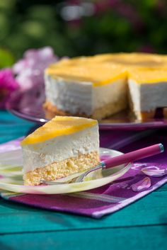 Kokos-Knusper-Torte Preheat the oven to 175 ° C. Separate the eggs for the biscuit. No Bake Desserts, Delicious Desserts, German Baking, Baked Cheesecake Recipe, No Bake Cake, Nutella, Food And Drink, Sweets, Egg Yolks