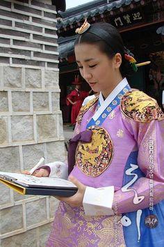 Korean Princess, Dong Yi, Kids Frocks Design, Frock Design, Korean Traditional, Drama Korea, Korea Fashion, Korean Outfits, Shoulder Bag