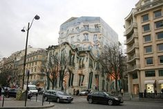 6.Parece que a imagem foi distorcida em um editor de imagens, mas é uma lona fixa cobrindo a fachada de um edifício em Paris que estava sendo reformado