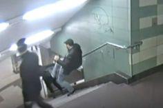 vídeo mostra homem dando chute nas costas de mulher em escada sem motivo, assista