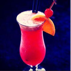 BAHAMA MAMA, um drink tropical para aquelas tardes ou noites de verão que você quer fingir que está no caribe! Ingredientes: *Suco de Abacaxi *Rum Bacardi*Rum Malibu *Licor de Banana *1 Fatia de Laranja *Groselha *Gelo Como fazer: Bata todos os ingredientes na coqueteleira com gelo, exceto o Licor de Banana, adicione Licor de Banana. Sirva em seguida. Fonte: mixshowbarbrasil.com #mix #showbar #recipe #cocktail #bahamamama #cool #saturday #refresh #hawai #caribe #brasilia #bartender #mix…